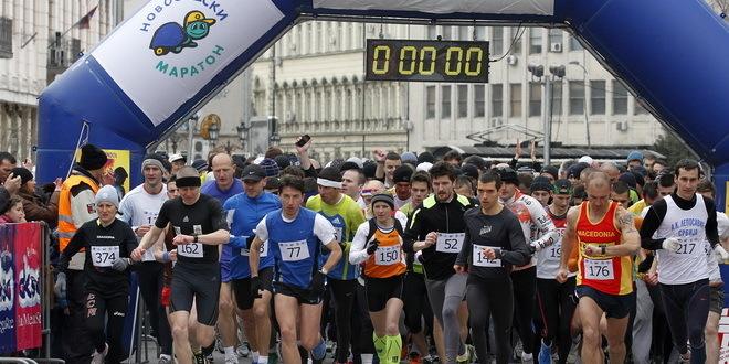 Novi Sad, 24. marta 2013 - Takmicari na startu trke. Danas je sa Trga slobode u Novom Sadu startovao dvadeseti Novosadski polumaraton. FOTO TANJUG / JAROSLAV PAP / tj