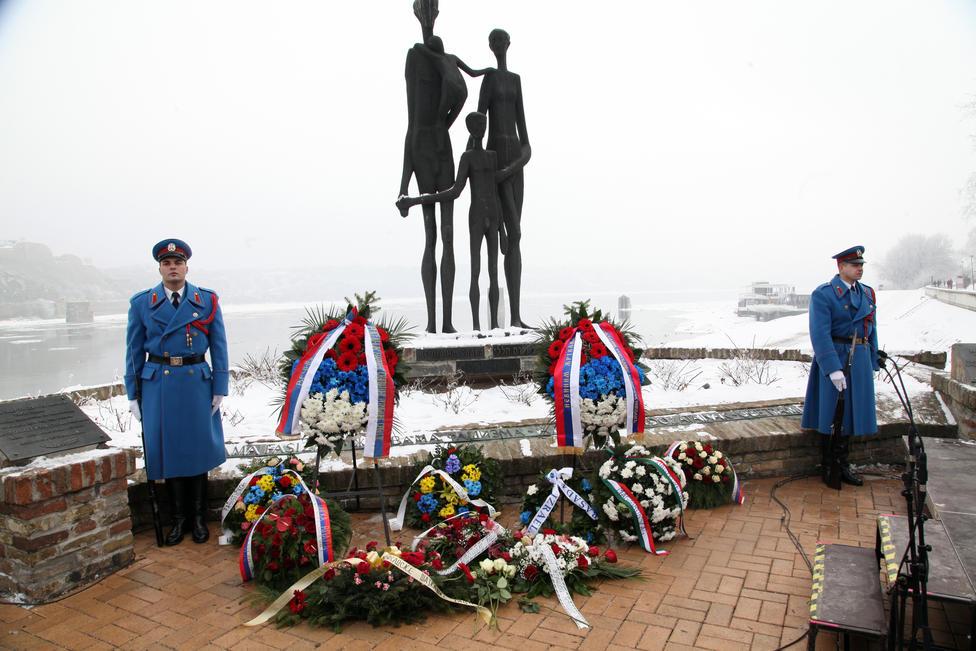 2-venci-ispred-spomenika-porodica
