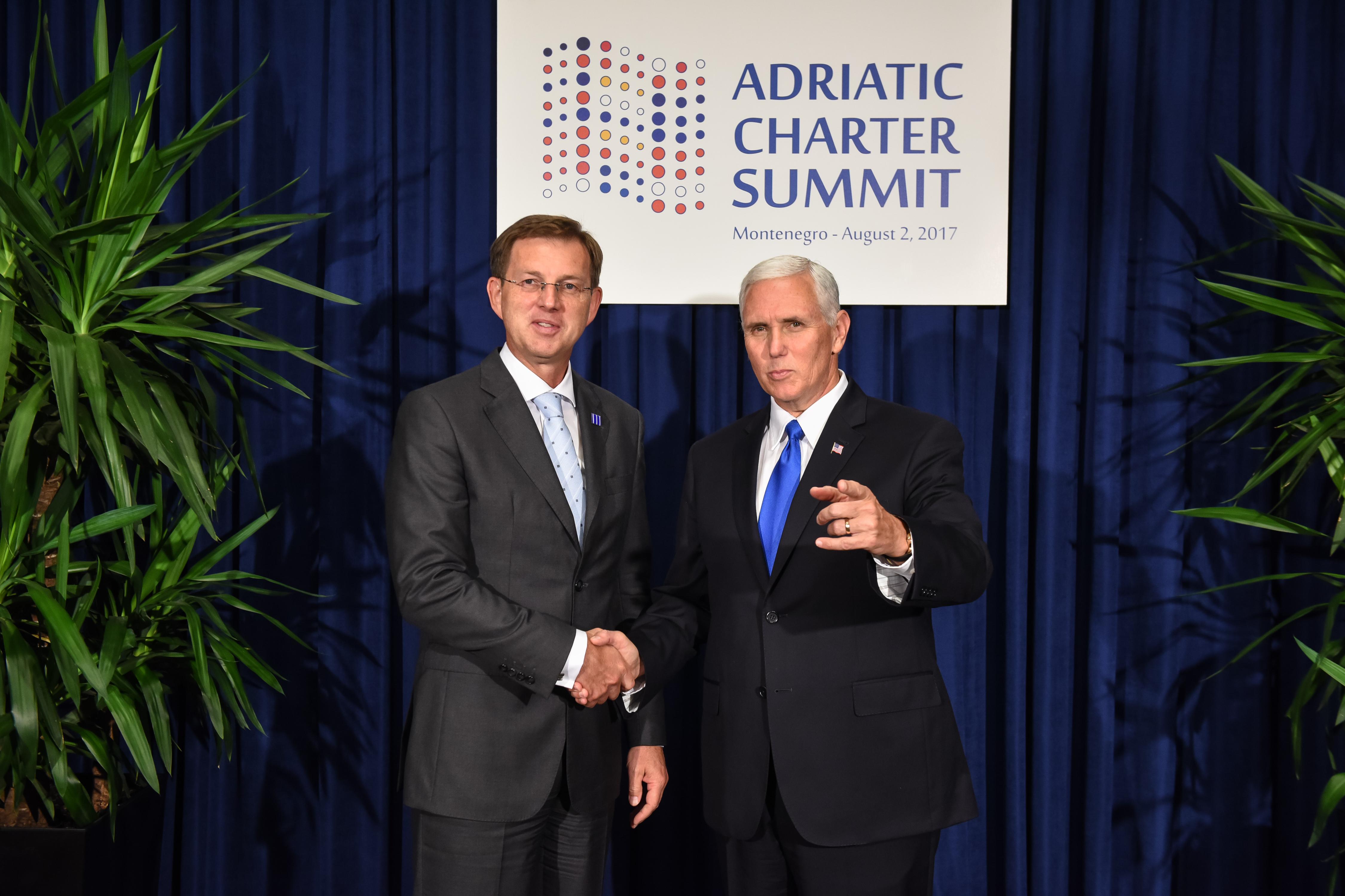 Crna gora, Podgorica. Bilateralno srecanje predsednika vlade Mira Cerarja in ameriskega podpredsednika Mikea Pencea.