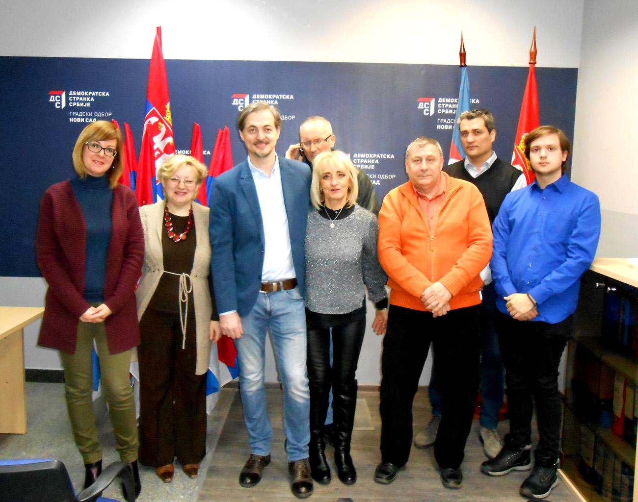 2-bojan-radojevic-sa-aktivistima-koji-ce-darivati-zastave