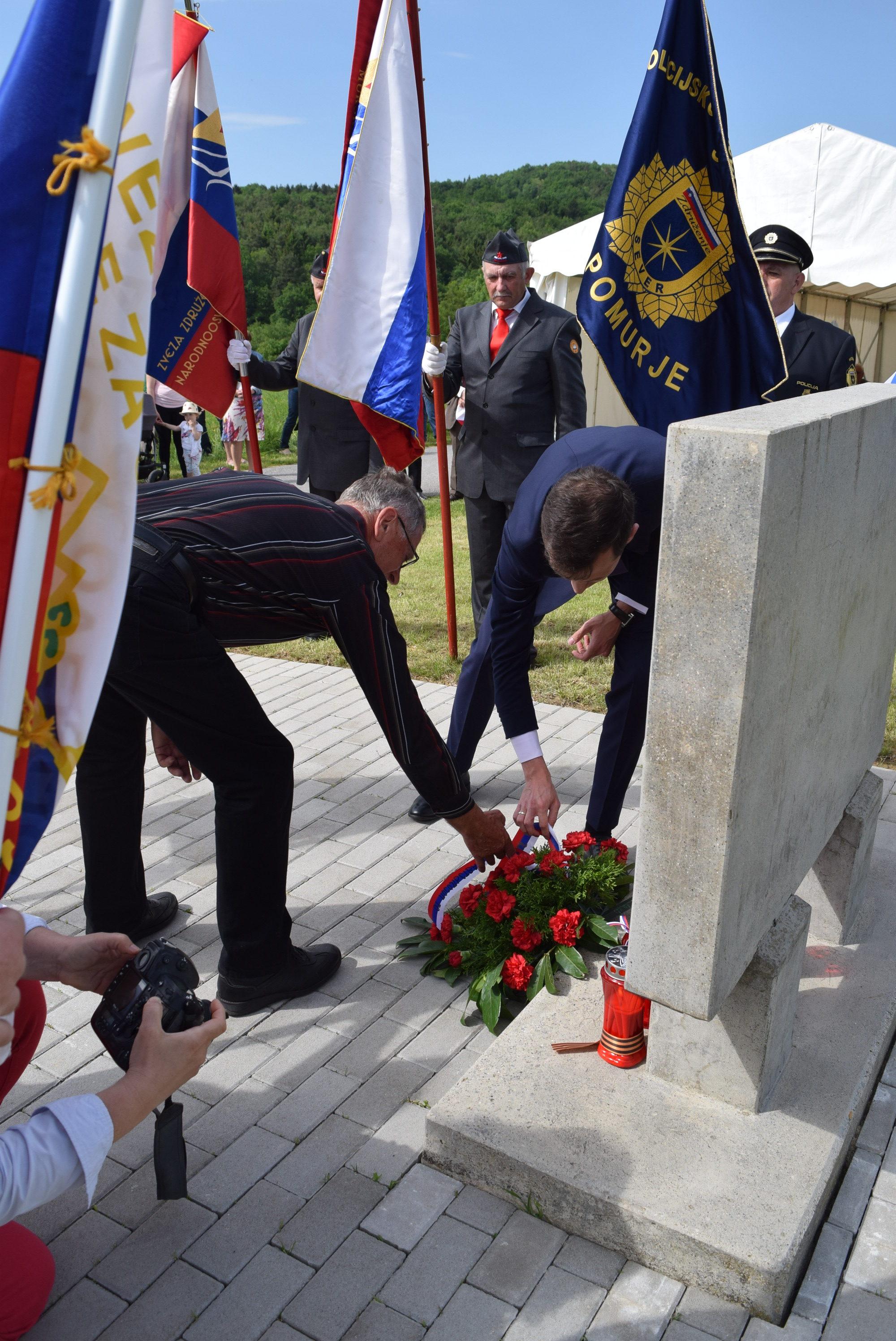 polozitev-venca-k-spomeniku