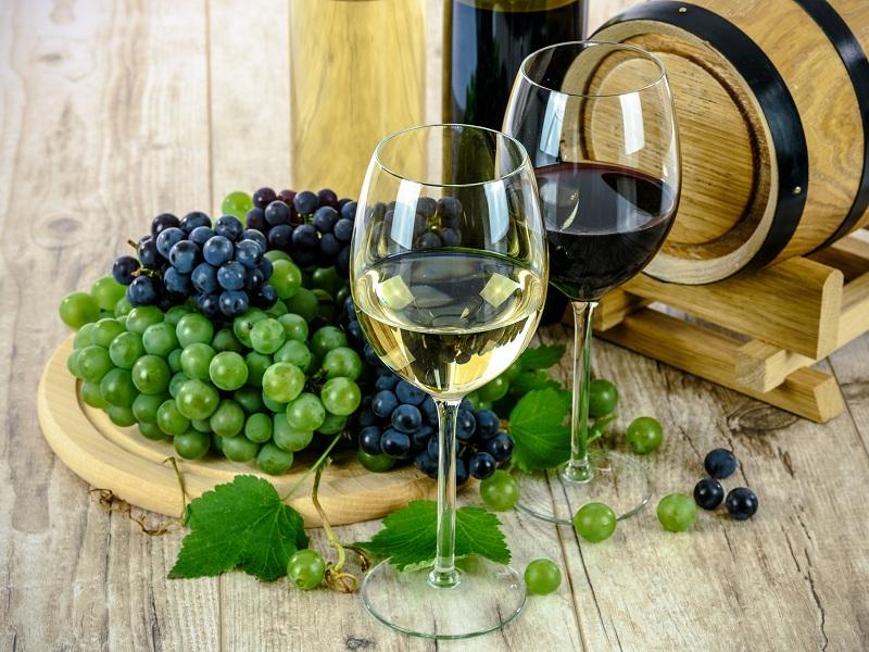 2-belo-ili-crveno-vino-uvek-prija