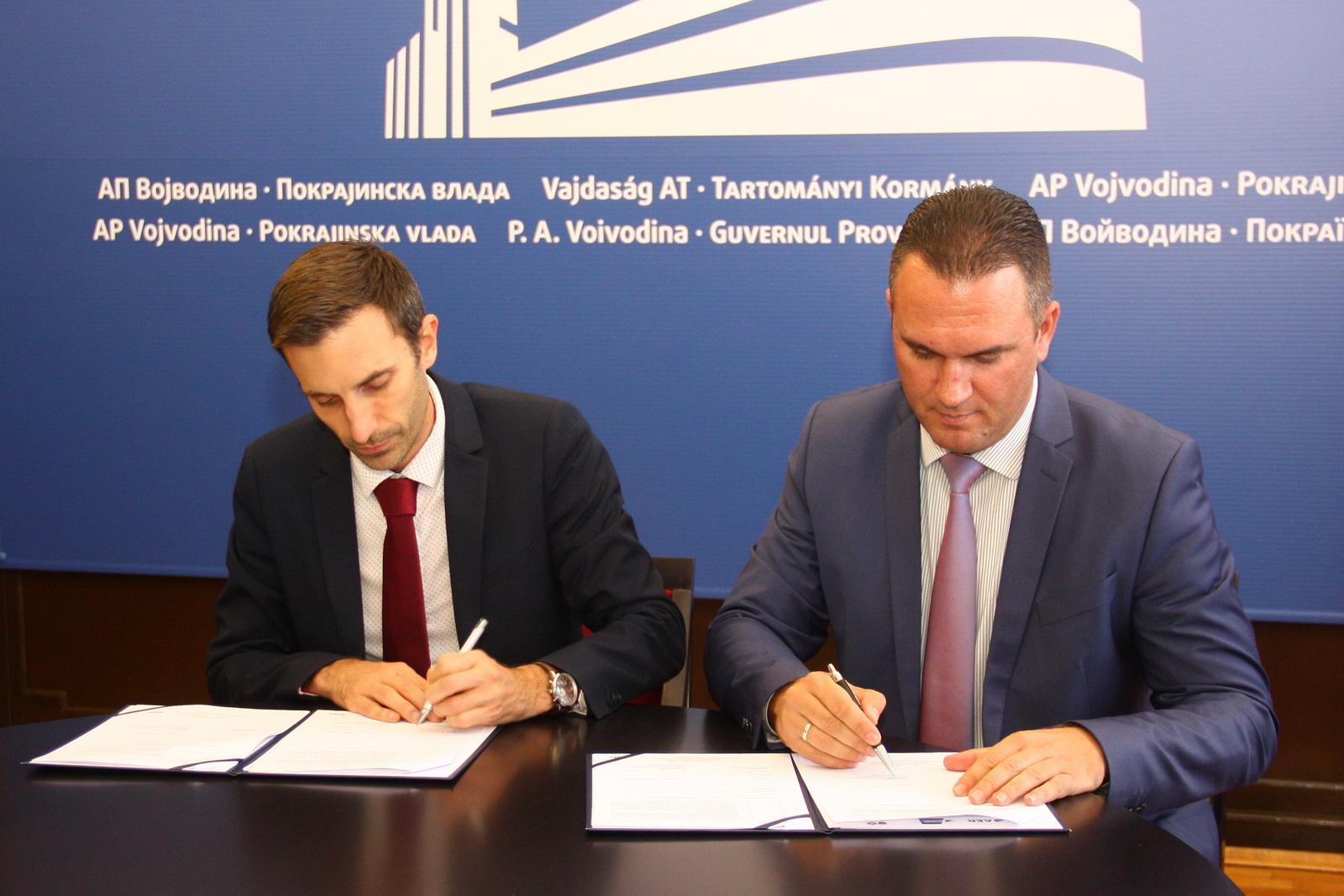 1-svecano-potpisivanje-ugovora-metju-mori-levo