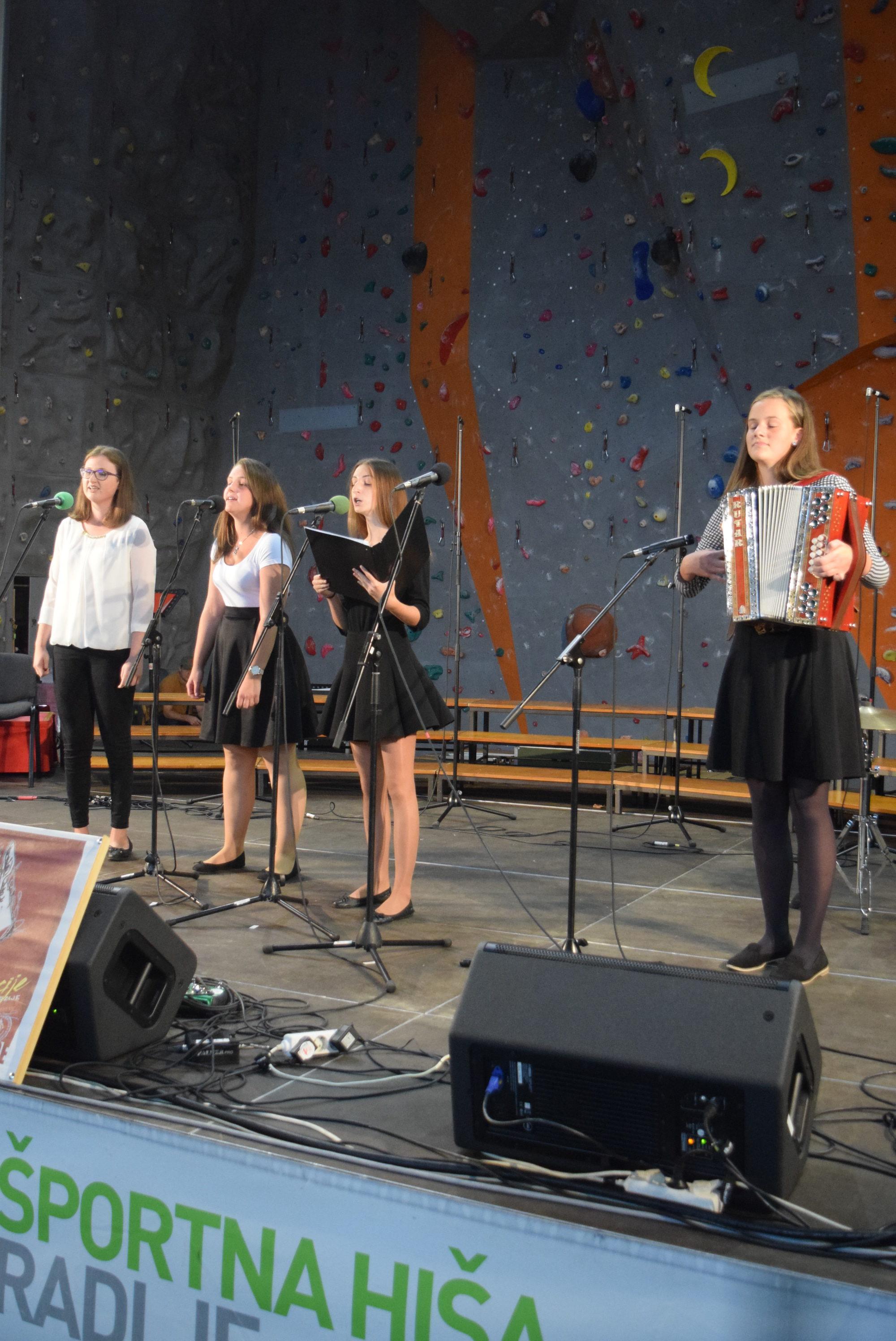 dekliski-pevski-zbor-iz-remsnika