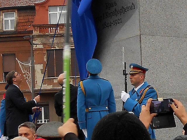 2-svecani-i-radosni-trenutak-predsednik-vucic-u-gradonacelnik-vucevic-otkrivaju-spomenik