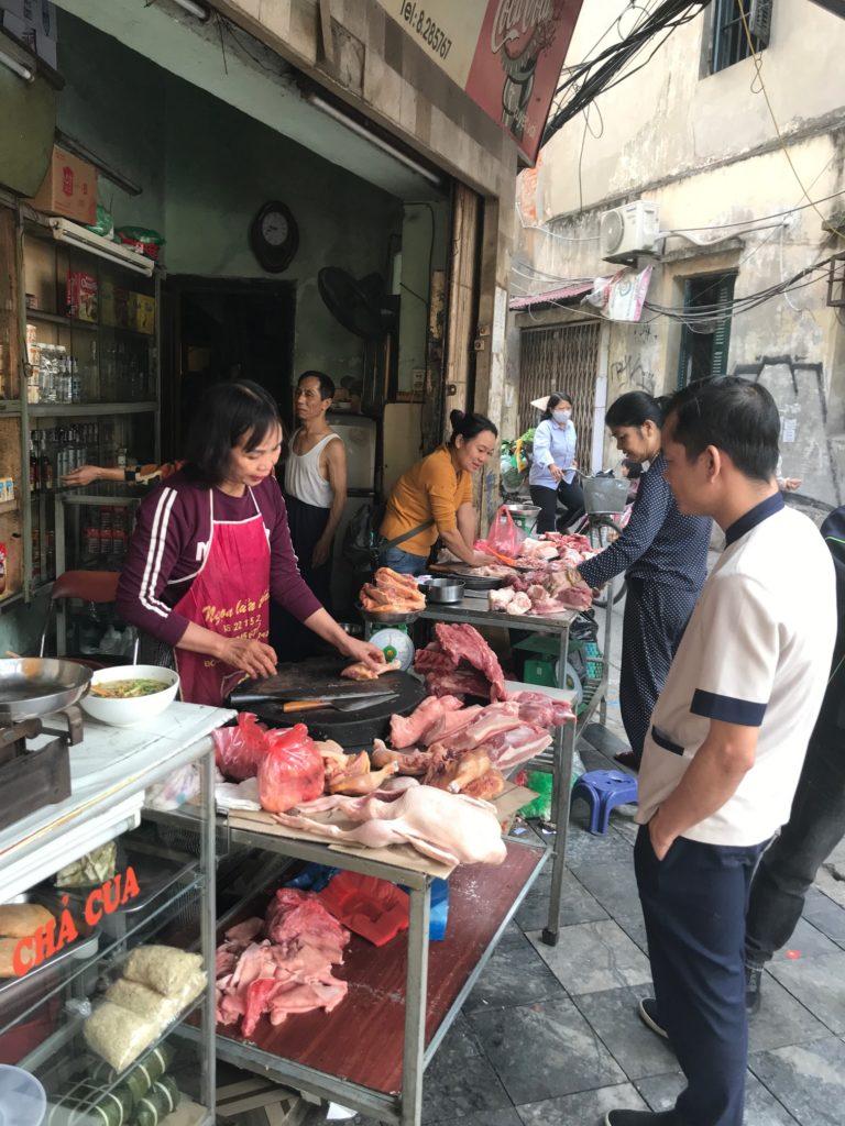 2-vijetnamci-psece-meso-kupuju-na-ulici