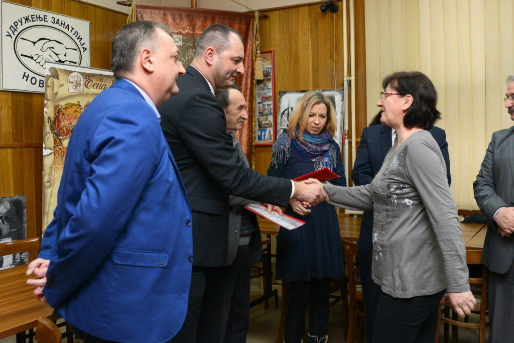 1-milorad-radojevic-urucuje-sertifikate-uspesnim-polaznicima