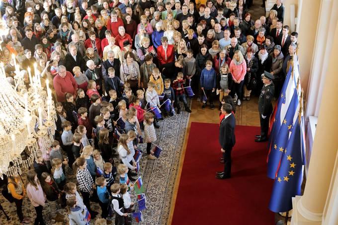 Ljubljana, predsedniska palaca. Ob dnevu odprtih vrat v predsedniski palaci je predsednik republike Borut Pahor vrocil drzavno odlikovanje zlati red za zasluge pisatelju Florjanu Lipusu za izjemen prispevek k slovenski knjizevnosti in za nov in svez pogled na slovenstvo.