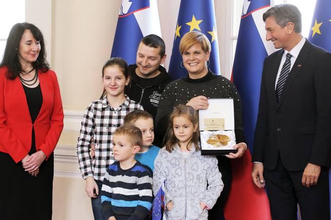 Ljubljana, predsedniska palaca. Ob dnevu odprtih vrat v predsedniski palaci je predsednik republike Borut Pahor vrocil drzavno odlikovanje zlati red za zasluge pisatelju Florjanu Lipusu za izjemen prispevek k slovenski knjizevnosti in za nov in svez pogled na slovenstvo. Pahor je podelil tudi nagrado za 20.000 obiskovalca palace.