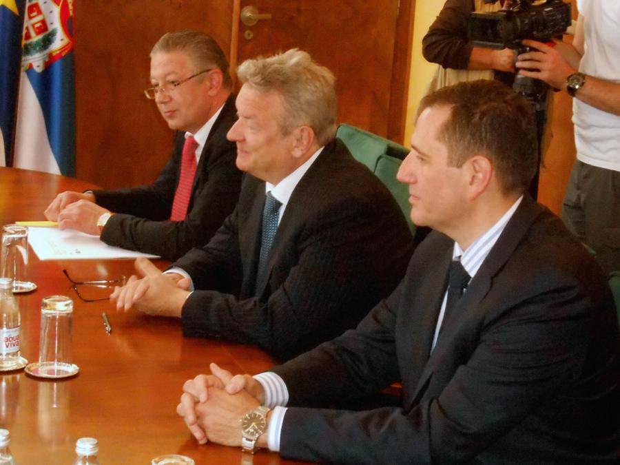 3-ambasador-jarc-iztok-u-sredini-sa-saradnicima