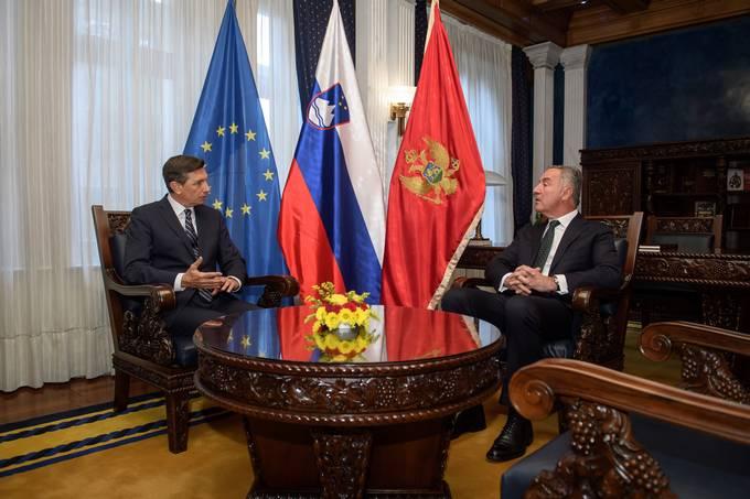 Crna gora, Podgorica. Predsednik republike Borut Pahor je zacel uradni obisk v Crni gori, kjer se je sestal s crnogorskim predsednikom Milom ukanovicem in se udelezil 9. regionalnega varnostnega foruma v Podgorici.