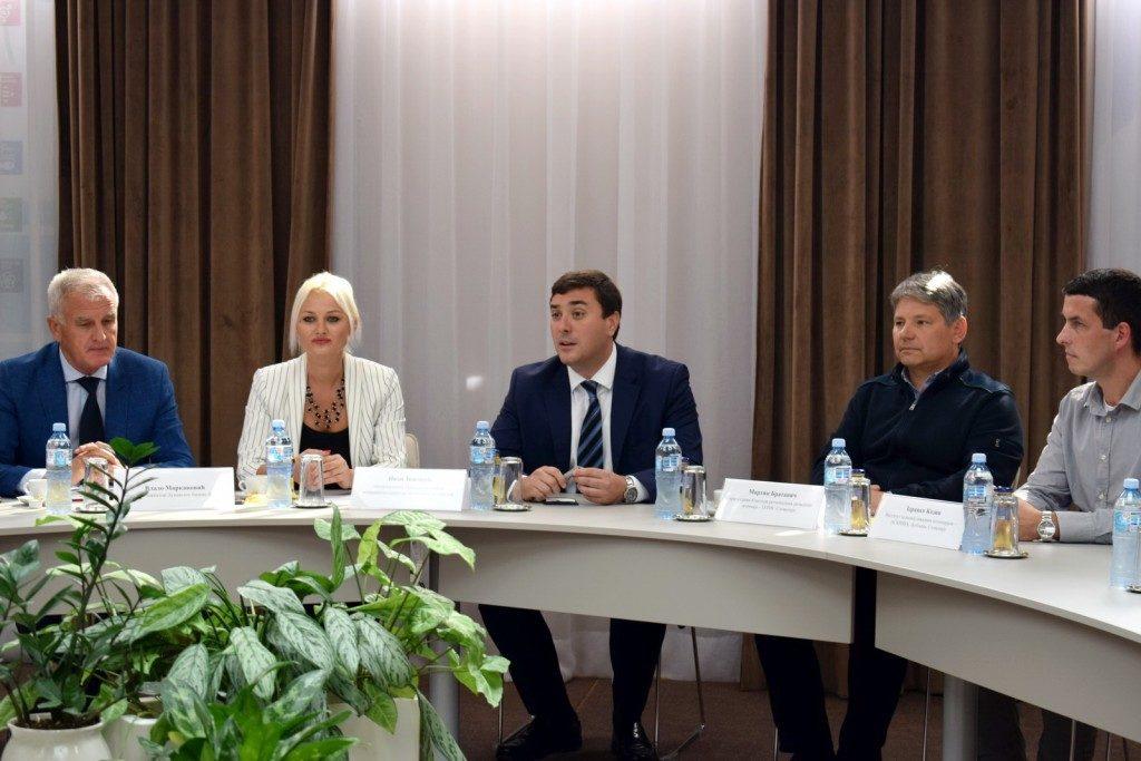 1-ivan-dokovic-u-sredini-sa-uvodnicarima-press-konferencije