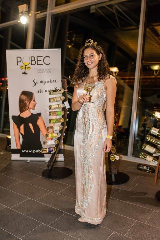 med-pubeci-smo-letos-pozdravili-aktualno-vinsko-kraljico-meto-frangez-ki-nam-je-predstavila-mlado-kraljicino-vino