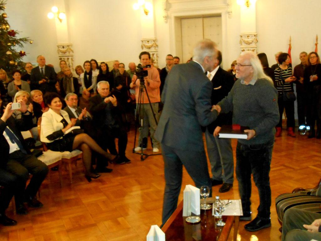6-zoran-kolundzija-urucuje-nagradu-markovicu
