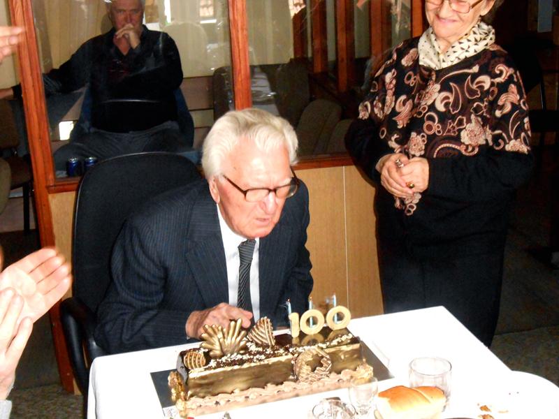 1-slavljenik-danilo-vujicic-sa-jubilarnom-tortom