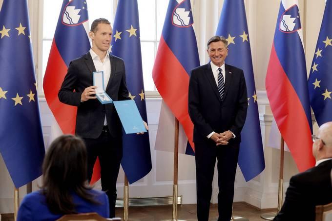 Ljubljana, predsedniska palaca. Predsednik republike Borut Pahor je z redom za zasluge odlikoval mosko odbojkarsko reprezentanco. Kapetan slovenske odbojkarske reprezentance Tine Urnaut in predsednik republike Borut Pahor.