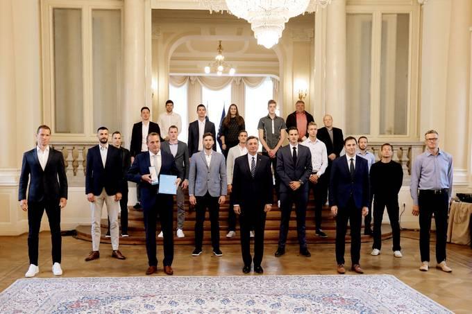 Ljubljana, predsedniska palaca. Predsednik republike Borut Pahor je z redom za zasluge odlikoval mosko odbojkarsko reprezentanco.